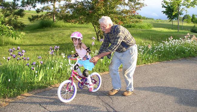 initiation au vélo avec grand-père